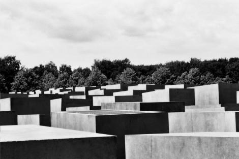 http://www.landezine.com/wp-content/uploads/2010/03/holocaust-mahnmal-08-470x313.jpg