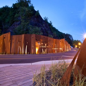 At first, the project was an engineering one. It involved installing plant-covered mesh retaining fabric at the top of the cliff and a protective wall at the bottom. Later, it evolved into a landscape architecture project ...
