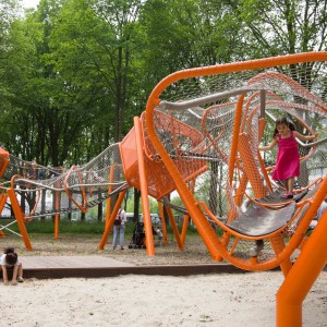 The starting point for the design of the winding playstructure, which is positioned on a prominent spot on the balcony, was therefore to strengthen the relation between the shopping area and the Sloterplas. The view on the Sloterplas is kept open and the width of the green zone determined the size of the play structure.