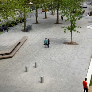 Kardinaal Mercier Square is to become the most important square in Jette, and it owes this status to its central position and its various key roles. The design is neutral with regard to motorised traffic, yet clearly prioritises the quality of the surroundings. The new square is intended to be a bustling living room for Jette.