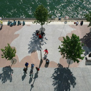 East Bayfront Water's Edge Promenadeis an active civic space and asuccessful precedent project for future development along Toronto's waterfront. Flanked by two parks, the promenade is a pedestrian and cyclingroute, and a year-round venue for a variety of public events.