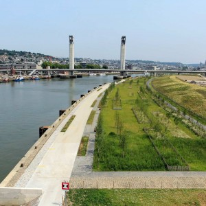 "The Flaubert eco-district is developed on a former port and industrial wasteland. This is the opportunity to create on site a blue and green structuring framework in connection with the Seine River and more generally in order to ""restore nature in the city""."