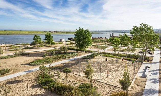 The Tagus Linear Park combines two different typologies of spaces: A single multifunctional area named 'PRAIA DOS PESCADORES' (FISHERMEN'S BEACH), set by the riverside within a former sand deposit, and 6 km of PEDESTRIAN TRAILS associated with dirt roads, waterlines banks (streams and drainage ditches), which converge to Praia dos Pescadores, coming from urban and natural areas.
