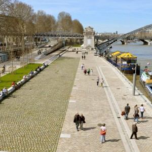 The wharf is arranged in a large sandstone paved esplanade. It forms a garden of cracks, where the joins draw lines moderately conducive to bio-diversity, and the environment. Parisian style trees and riparian forests are planted and climbing plants adorn the walls. The place is pedestrianised, road traffic is limited to the functional uses of a public and port area.