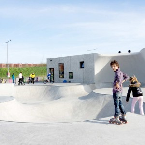 'Kavel K' is situated on a triangular plot, boxed in by a railwaytrack and a connecting road. It is a skating, sports- and youth facility which attracts a wide range of user groups. The public space and the building are designed as a unity; the facade and the skate-cradle even 'melt together'.