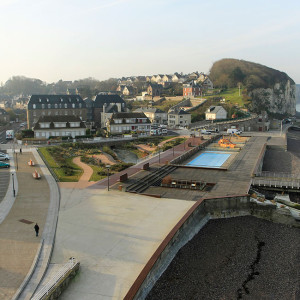 Close to Étretat, the small resort of Veules-les-Roses is where Victor Hugo found refuge. It suffered from bomb damage during the Second World War and then from the post-war reconstruction, which channeled the river and cover it with a parking lot ...