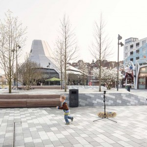 After completing the urban design plan for the city centre, Bureau B+B created a design for the public space. The position of the new city centre on a mainly raised surface level made planting directly into the ground in the public space almost impossible. This is why the 'Blooming City' theme was introduced as the leitmotif in the design of the pavement, street furniture and plant compartments. The theme reinforces the city's identity, making it recognizable as a 'new town'.