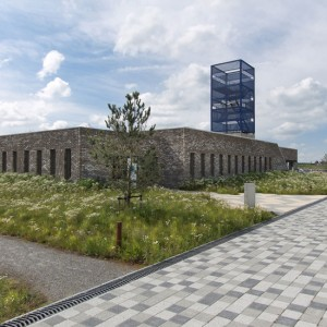 The design of the area surrounding the new harbour building serves two purposes: tourist appeal and future standard of living. At present, the harbour area functions as a tourist hub. Eventually, when the planned residential area will be realized, the area will come to function as the centre of Blauwestad. The design of the public space anticipates this future dual function.