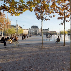 The Sechseläutenplatz (Sechseläuten Square) is part of the overall project 'Opera House, Opera Parking and Sechseläuten Square' whose aim it is to enhance the public space between the Bellevue and the Opera House. The basis for the transformation of the former Sechseläuten Ground to the Sechseläuten Square was the political decision to replace the parking space in front of the Opera House by an underground parking.