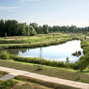 Located amid the natural areas of the Thalie Valley, albeit on a former landfill site at the edge of the railway infrastructure in neglected areas, and in a flood zone, the challenge of the project is to manage the transition of the site while taking account of pollution and flooding constraints. The Parc de la Thalie (Thalie Park) provides a connection between the amenities (a new hospital and a medical centre) and the public spaces at the entrance to the town of Châlons-sur-Saône.
