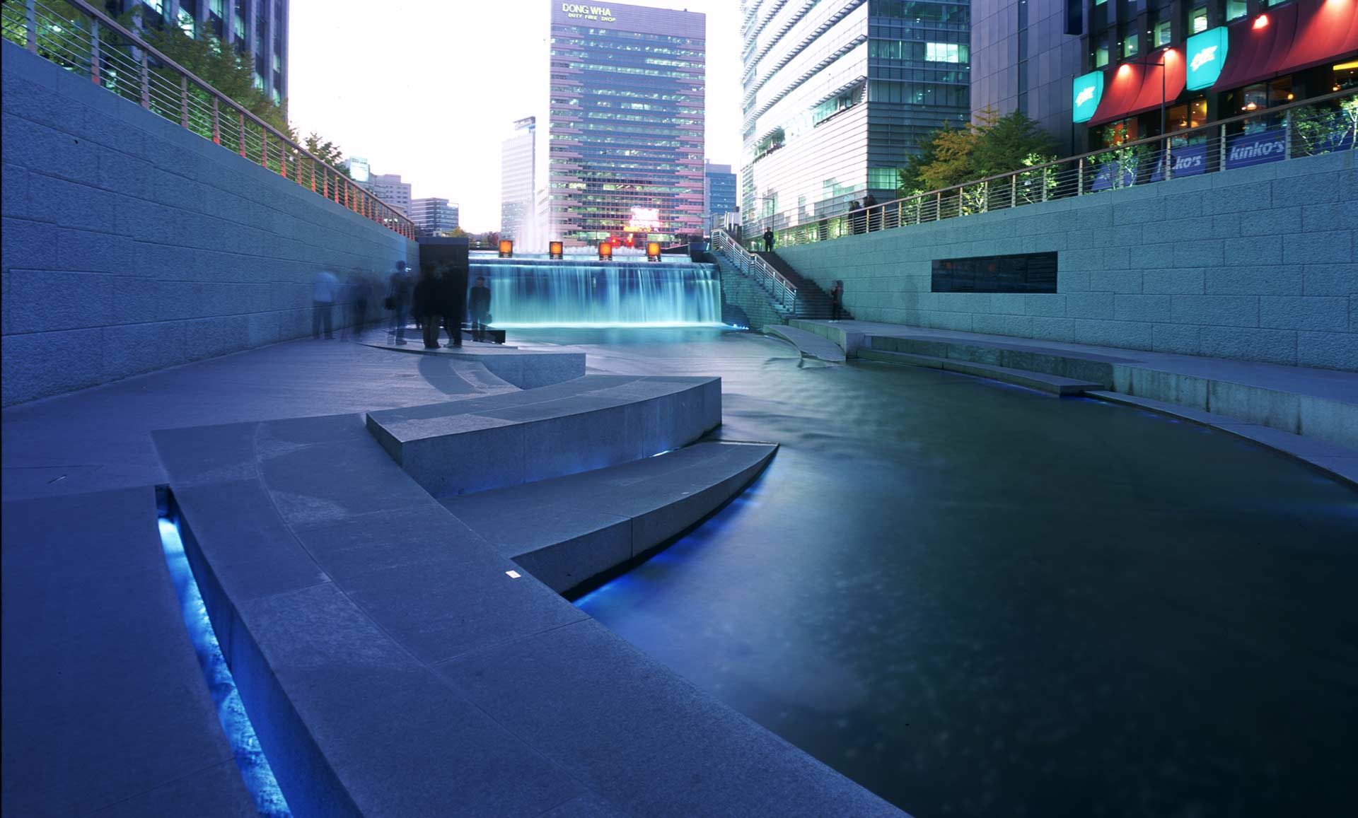 Chongae canal restoration project by mikyoung kim design for Architecture 00